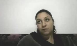 الفاجره بتدلع عشيقها ولابسه اشد قميص نوم وتخلع لعشيقها يمتعها نياكه ويصورها